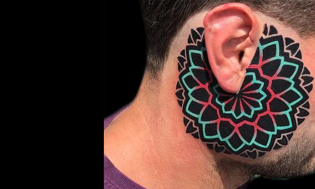 Tremendo tatuaje estilo geométrico a todo color