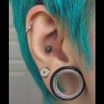 Maravillosa combinación del piercing helix, dilatación lóbulo, ragnar conch y upper lobe