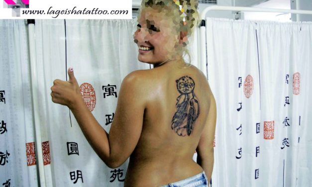 Precioso tatuaje personalizado de atrapasueños con iniciales