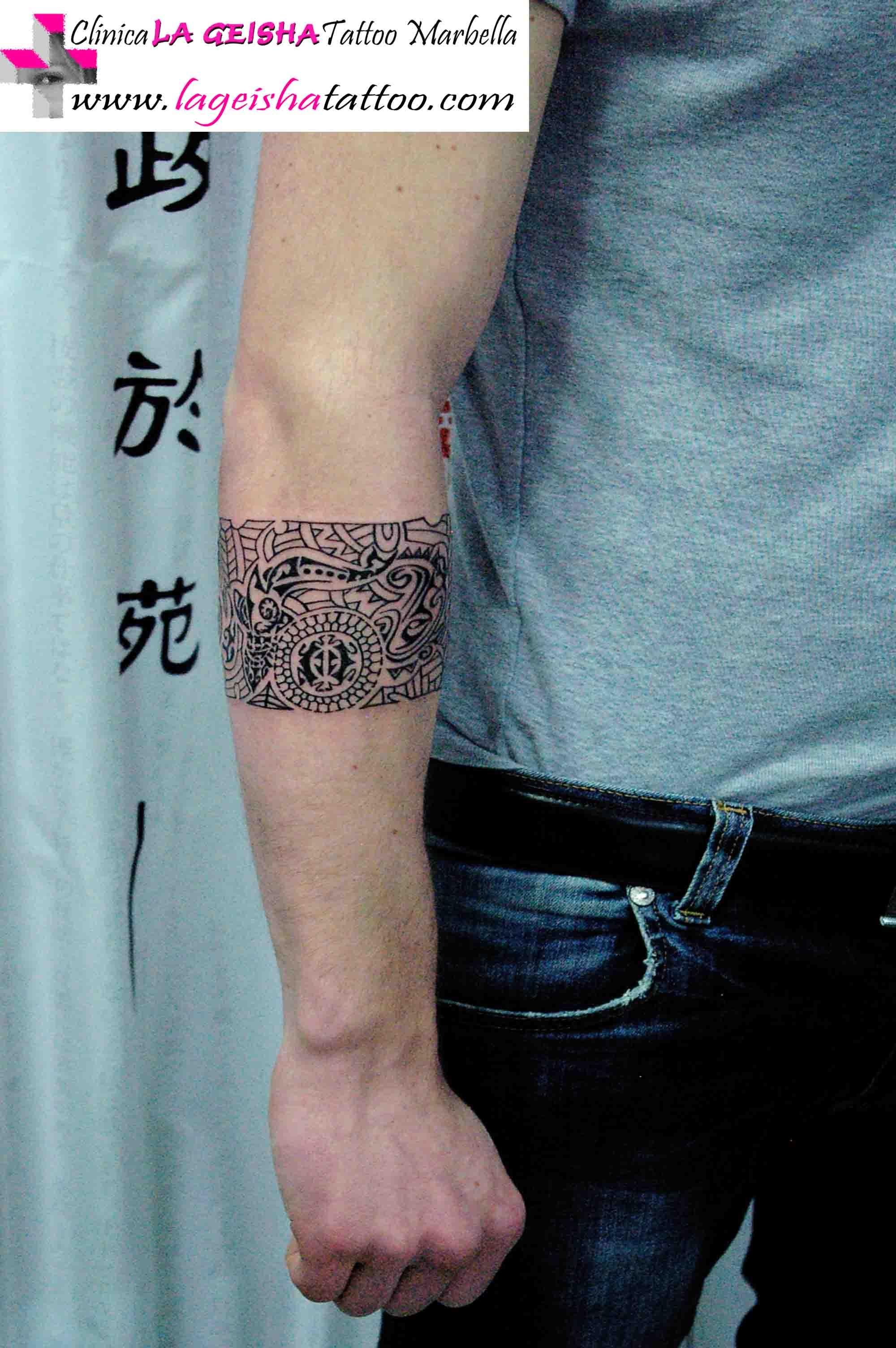 Detallado Tatuaje Brazalete Personalizado Con Mezcla De Simbolos